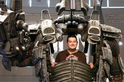 Batz in einer riesigen Roboter-Ausstellungsstück auf der GamesCom