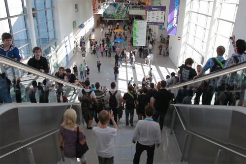 Viele Besucher auf der GamesCom laufen die Treppe hinunter